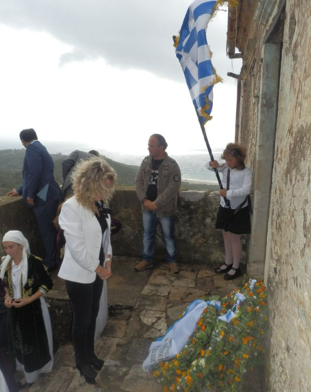 Η πρόεδρος Ηλέκτρα Κίκη σε κατάθεση στεφάνου στο σπίτι του Στρατηγού Σπυρομήλιου στη Χιμάρα